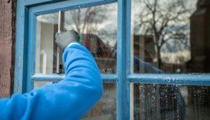 איש מנקה חלון